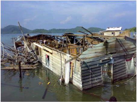 kerusakan akibat puting beliung (sumber http://www.natuna.go.id/website/images/letung1.jpg)