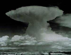 awan cumulonimbus: perhatikan puncaknya yang membentuk semacam topi
